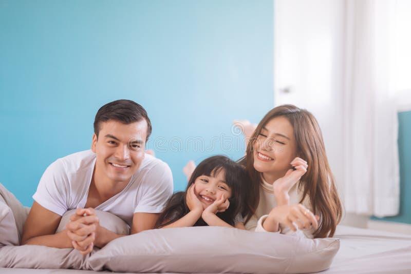 Lycklig asiatisk familj f?r st?ende arkivfoto
