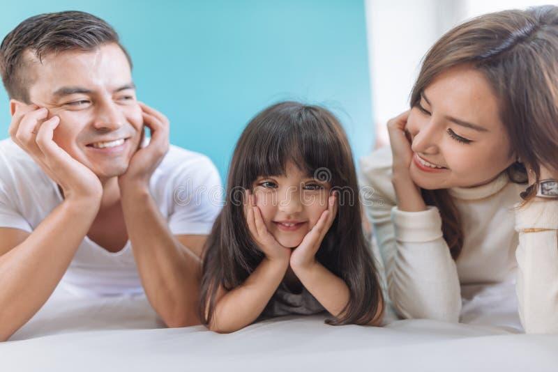 Lycklig asiatisk familj f?r st?ende arkivbilder