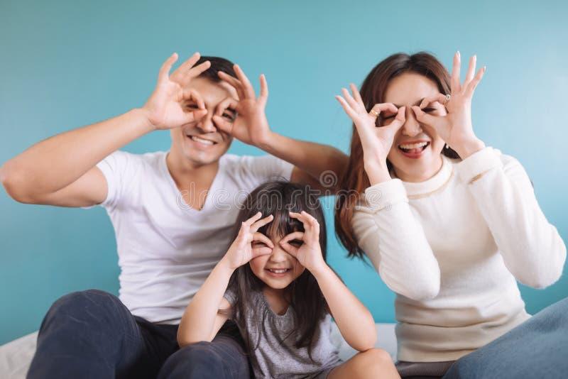 Lycklig asiatisk familj f?r st?ende fotografering för bildbyråer