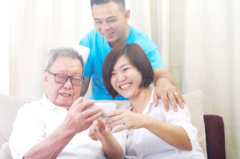 lycklig asiatisk familj arkivbilder
