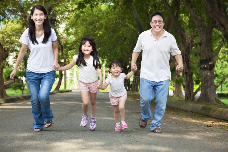 Lycklig asiatisk familjridningcykel royaltyfri fotografi