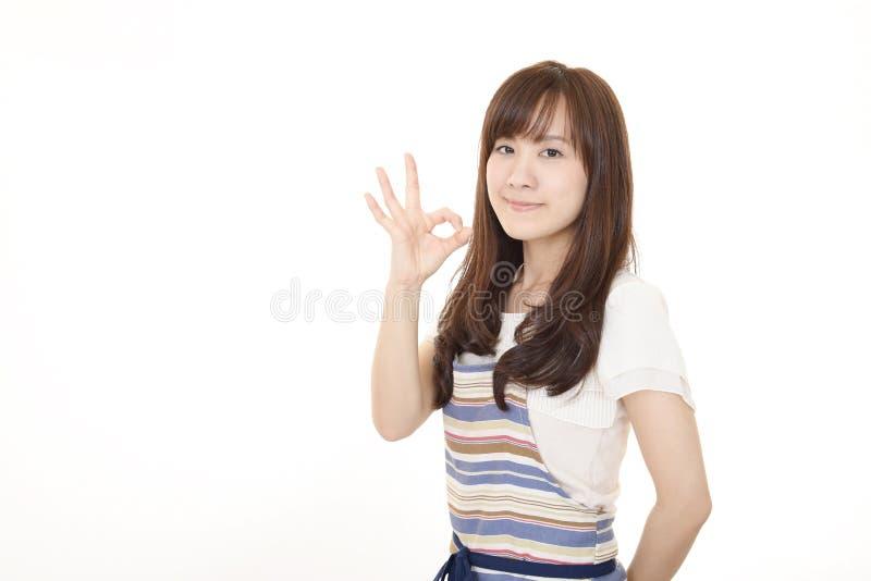 Lycklig asiatisk hemmafru arkivfoton