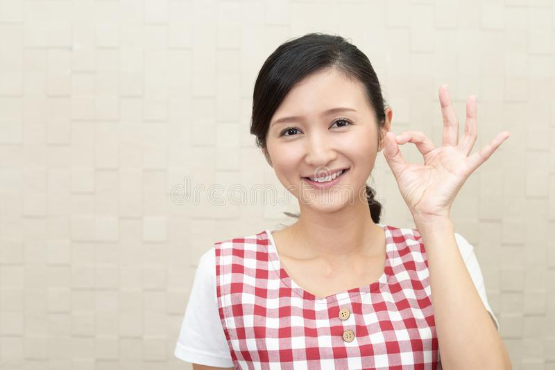 Lycklig asiatisk hemmafru fotografering för bildbyråer