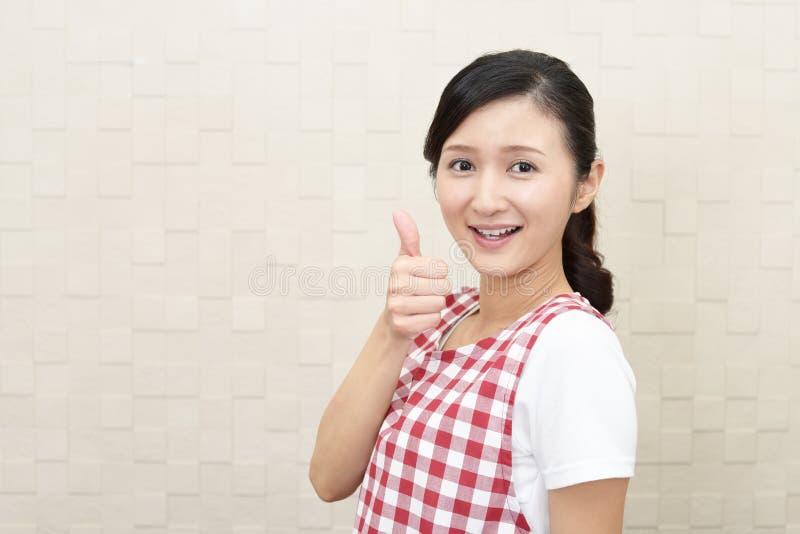 Lycklig asiatisk hemmafru royaltyfri fotografi