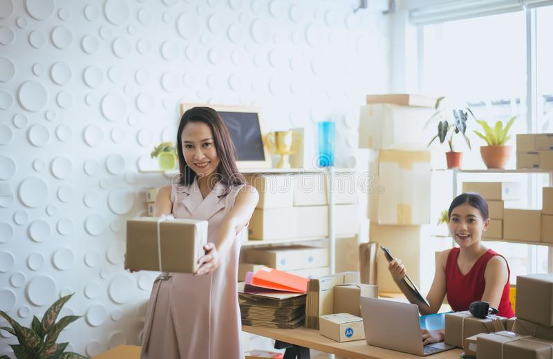 Lycklig asiatisk jordlott för innehav för ägare för affärskvinna och arbeta tillsammans, kvinnlig le start upp offic entreprenörS arkivfoton