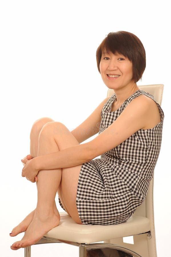 Lycklig asiatisk kvinna i klänning royaltyfri foto
