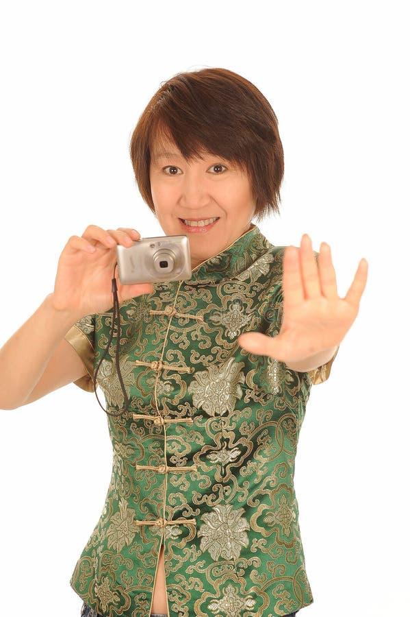 Lycklig asiatisk kvinna med kameran arkivbilder