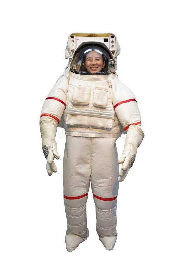 Lycklig asiatisk kvinna med stort leende i den vita astronautdr?kten och astronauthj?lmen som dr?mmer f?r att vara astronautisola royaltyfri fotografi