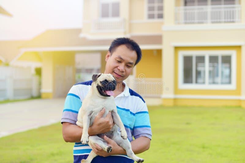 Lycklig asiatisk man med hunden royaltyfria foton