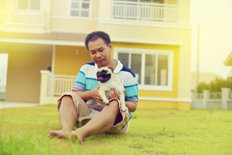 Lycklig asiatisk man med hunden royaltyfri foto