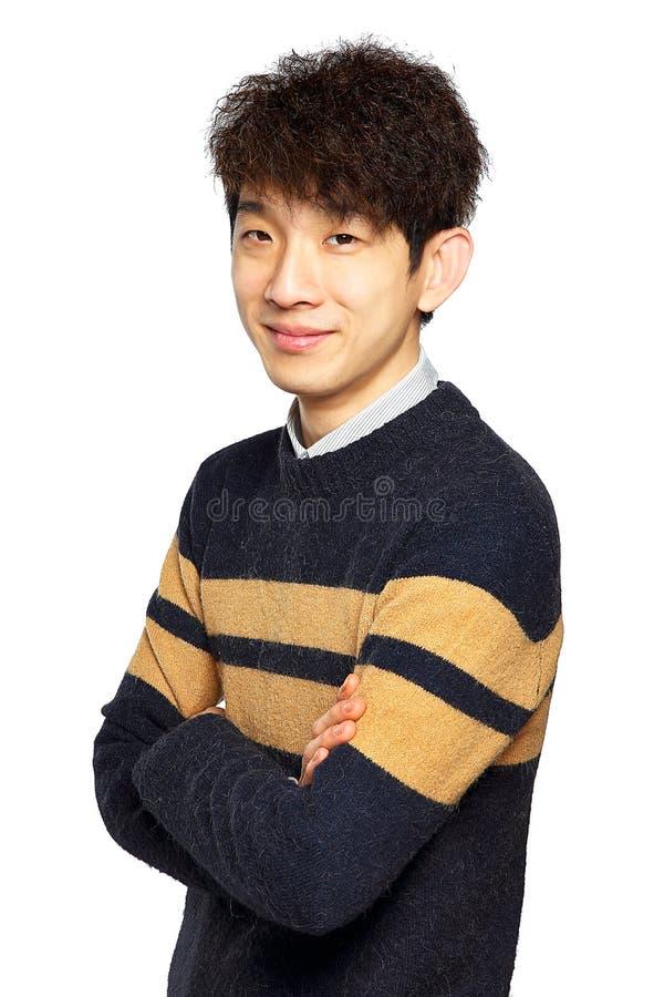 Lycklig asiatisk man med vikta armar royaltyfria bilder
