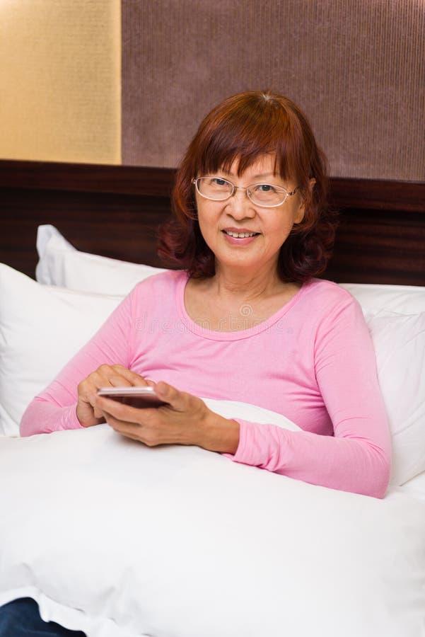 Lycklig asiatisk pensionär arkivfoton