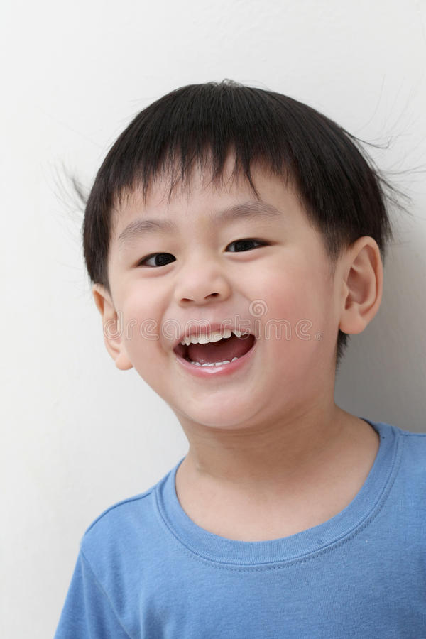 lycklig asiatisk pojke arkivbilder