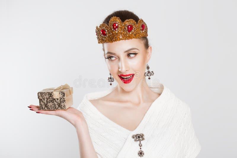 Lycklig ask för gåva för innehav för konkurrent för kvinnaskönhetlysande festspel royaltyfri foto