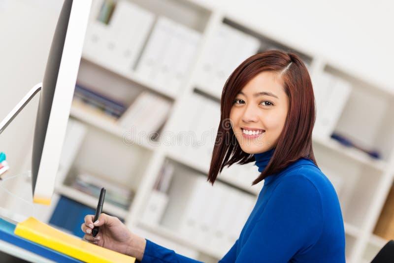 Lycklig attraktiv asiatisk affärskvinna arkivfoton