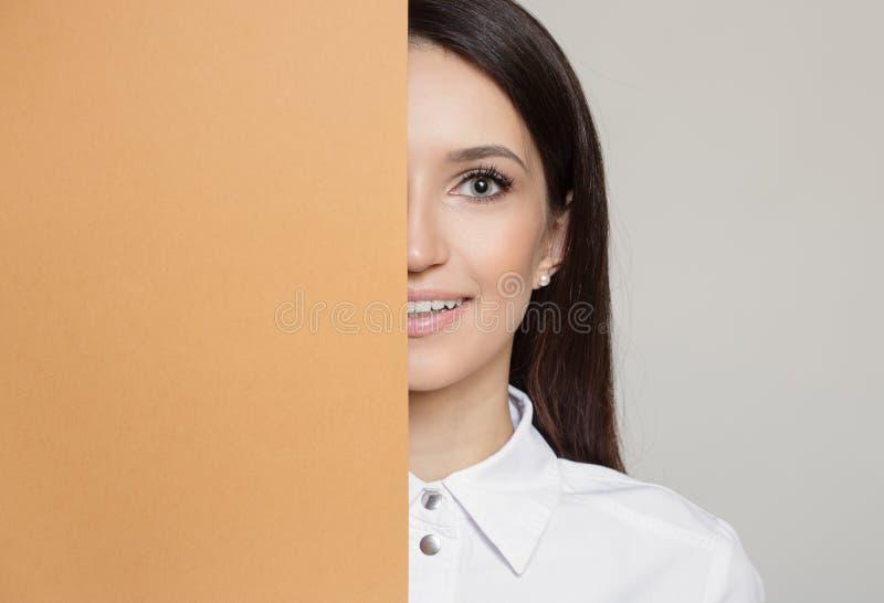 Lycklig attraktiv kvinna och orange mellanrum arkivbilder