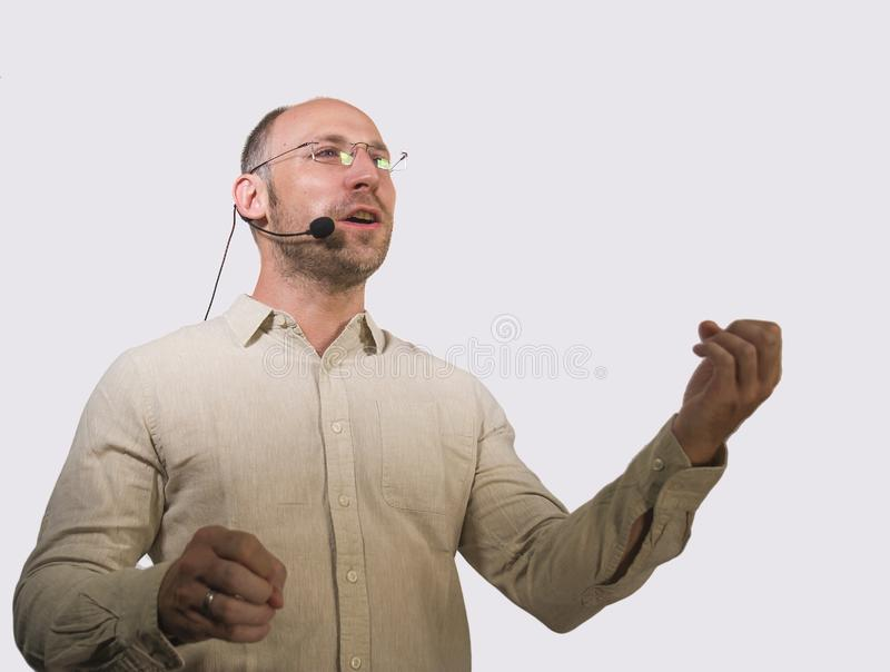 Lycklig attraktiv och säker affärsmanhögtalare med hörlurar med mikrofon som ger sig arbeta som privatlärare åt konferensutbildni arkivbilder