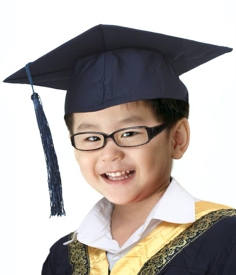 Lycklig avläggande av examenpojke arkivfoto