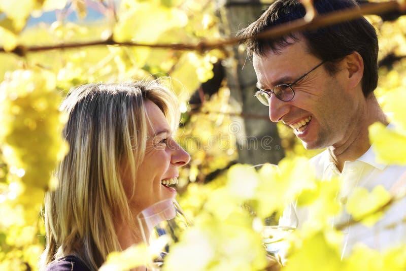 lycklig avsmakningwine för par royaltyfri fotografi