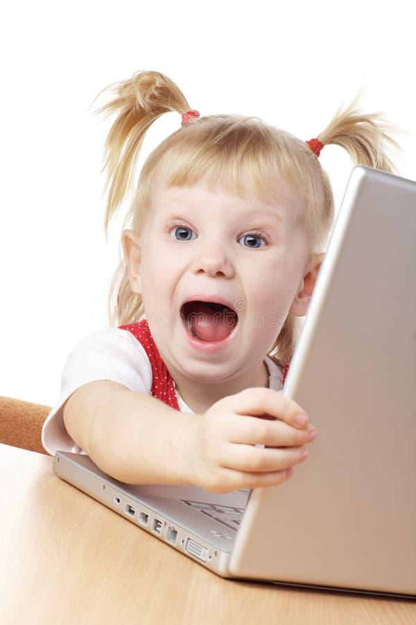 lycklig bärbar dator för barn royaltyfria foton