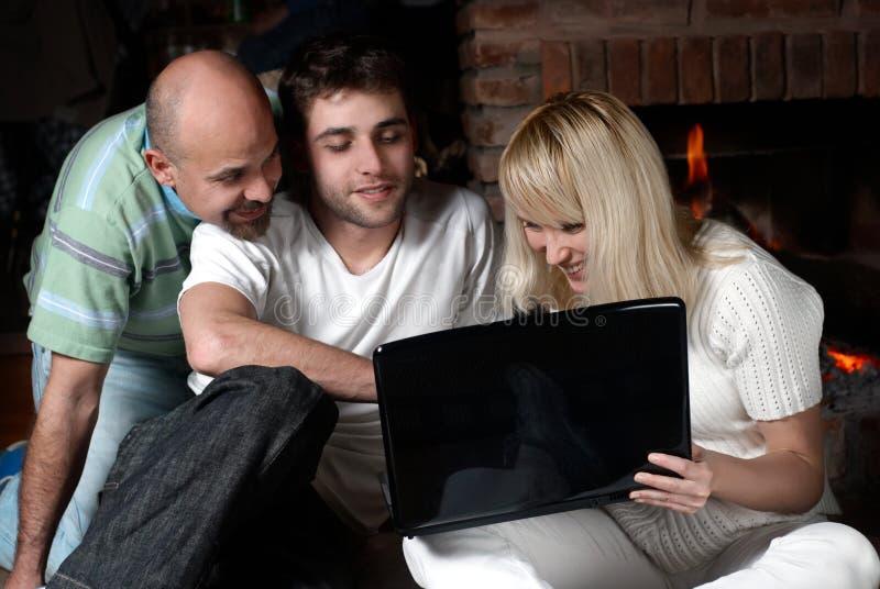 lycklig bärbar dator för familj arkivbild