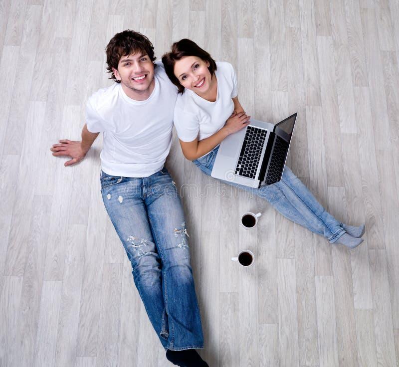 lycklig bärbar dator för par arkivfoto