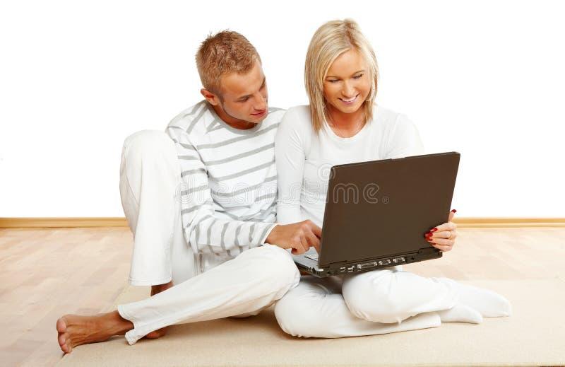 lycklig bärbar dator för par fotografering för bildbyråer