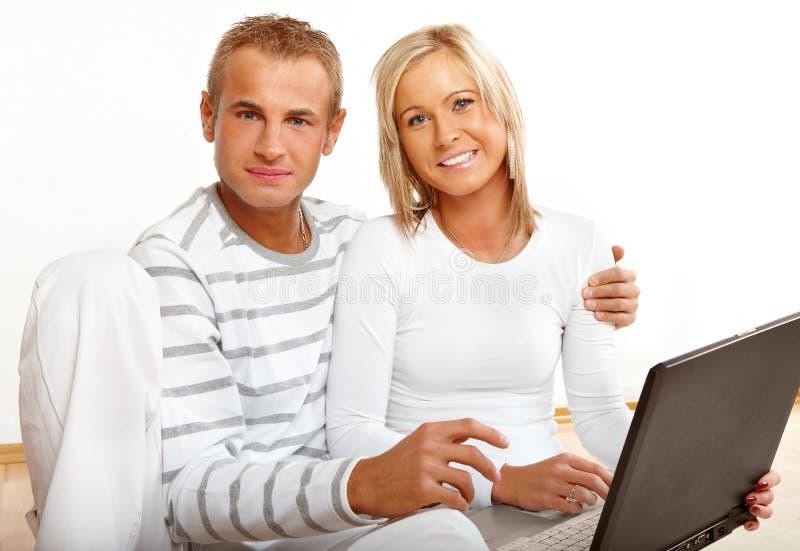 lycklig bärbar dator för par royaltyfri foto