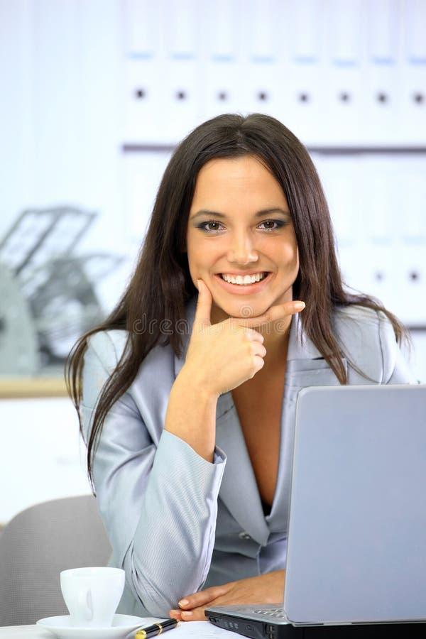 lycklig bärbar datorworking för affärskvinna royaltyfri bild