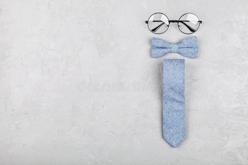 Lycklig bakgrund för faderdag med exponeringsglas, slipsen och bowtie på bästa sikt för stentabell i lekmanna- stil för lägenhet royaltyfri foto