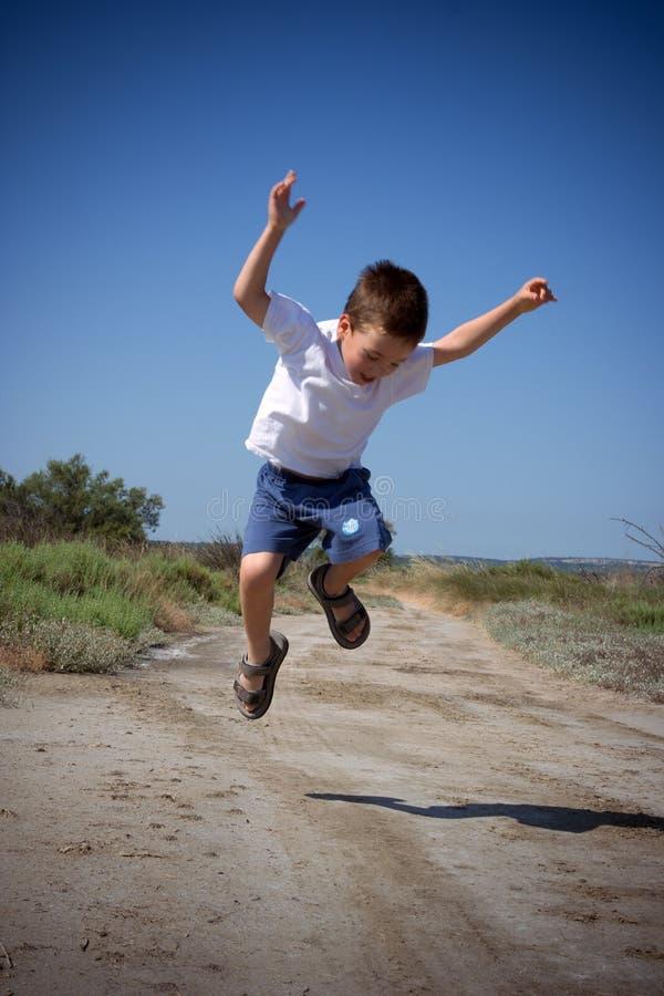 lycklig banhoppning för barn arkivfoton