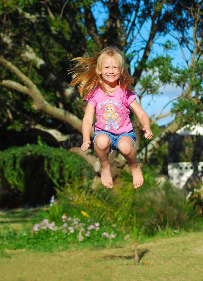 lycklig banhoppning för barn royaltyfri bild