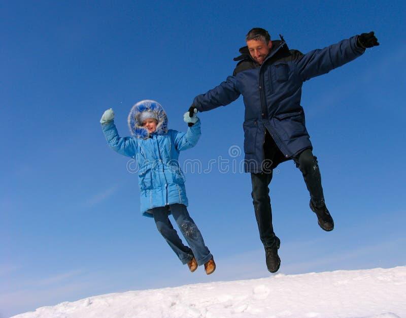 lycklig banhoppning för familj royaltyfri foto