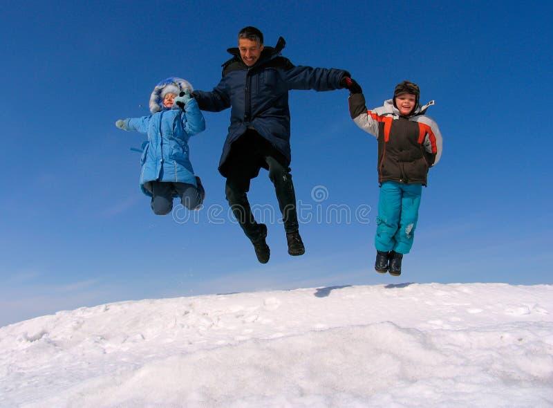 lycklig banhoppning för familj fotografering för bildbyråer
