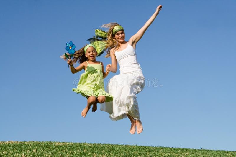 lycklig banhoppning för familj royaltyfri bild