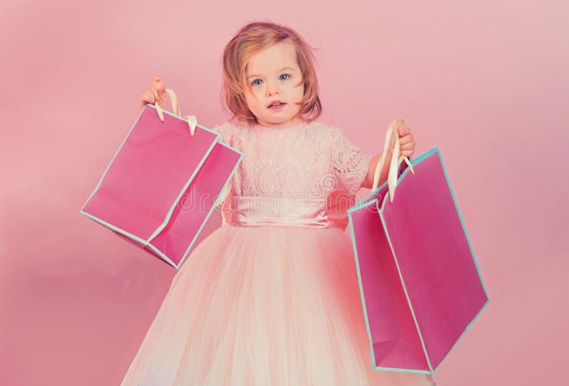 Lycklig barndom av lilla flickan Ungeshopping Shopping hänger lös Isolat på vit Tack för ditt köp stor försäljning in arkivbild