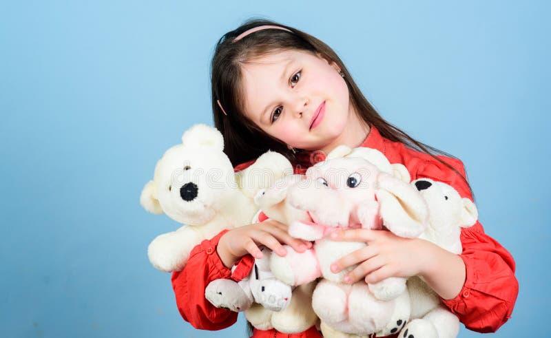 lycklig barndom Liten flickalek med den mjuka leksaknallebj?rnen s?t barndom Samla leksakerhobby Hysa minnen royaltyfria bilder