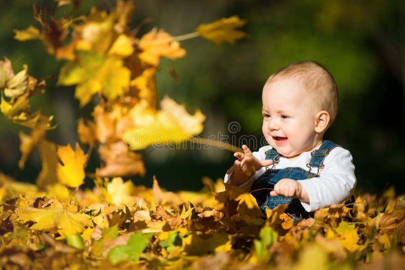 Lycklig barndom - solig dag för höst arkivfoto