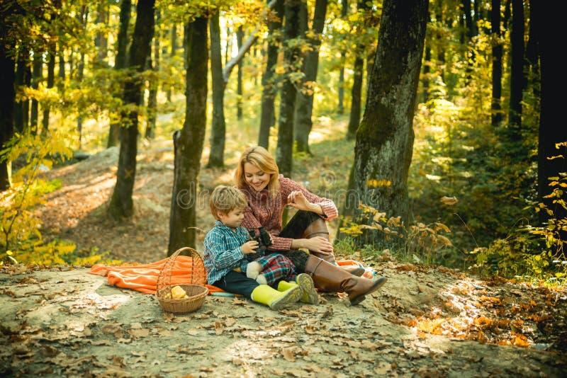 lycklig barndom Undervisande son sund näring Mamma- och ungepojke som kopplar av fotvandra skogfamiljpicknicken N?tt moder royaltyfria foton