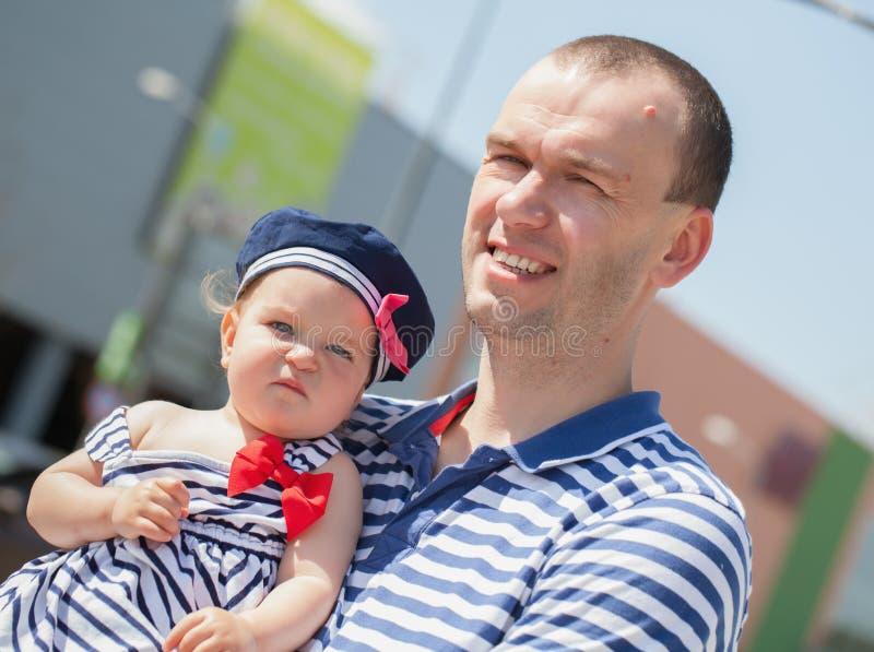 Lycklig barnfader med den lilla dottern utomhus fotografering för bildbyråer