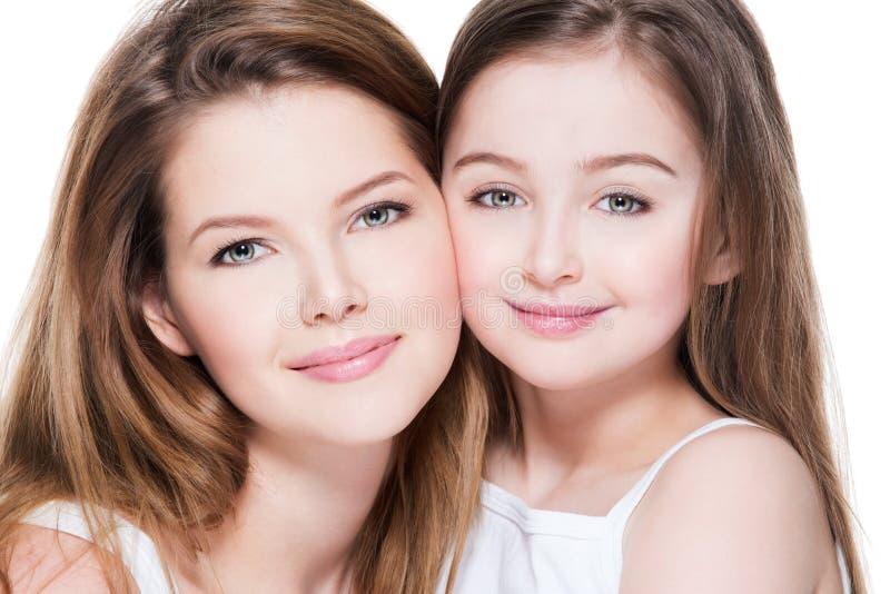 Lycklig barnmoder med en liten dotter 8 år fotografering för bildbyråer