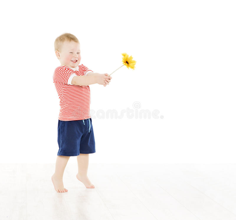 Lycklig barnpojke som ger den närvarande blomman le för unge arkivbilder