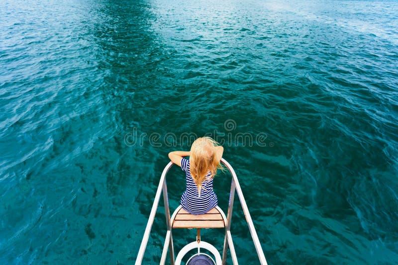 Lycklig barnresande på seglingyachten arkivfoto