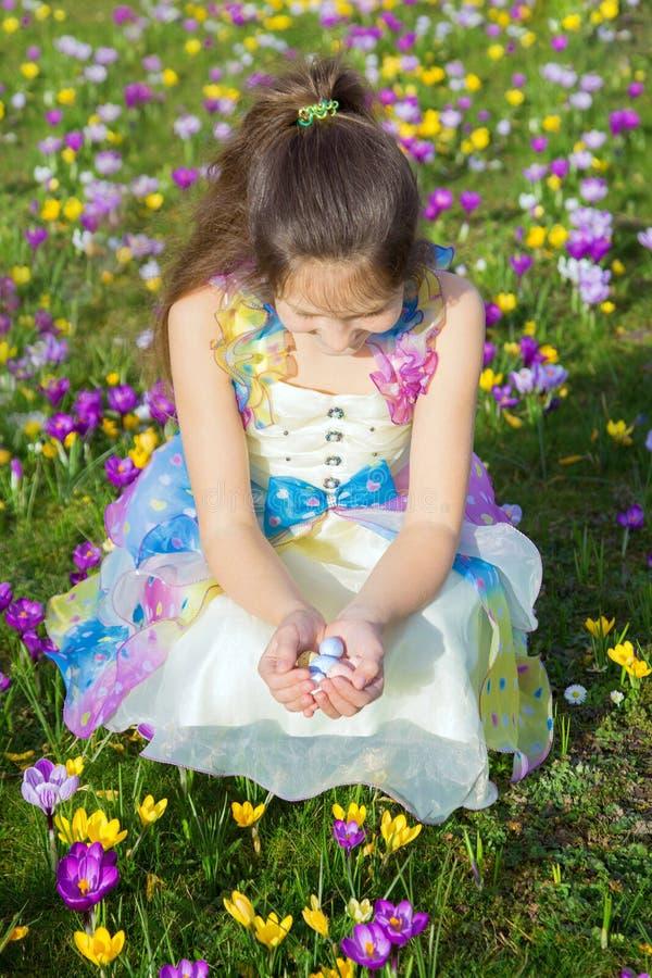Lycklig barnstående för påsk royaltyfri foto