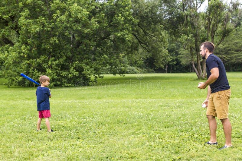lycklig baseballfader hans leka son royaltyfri bild