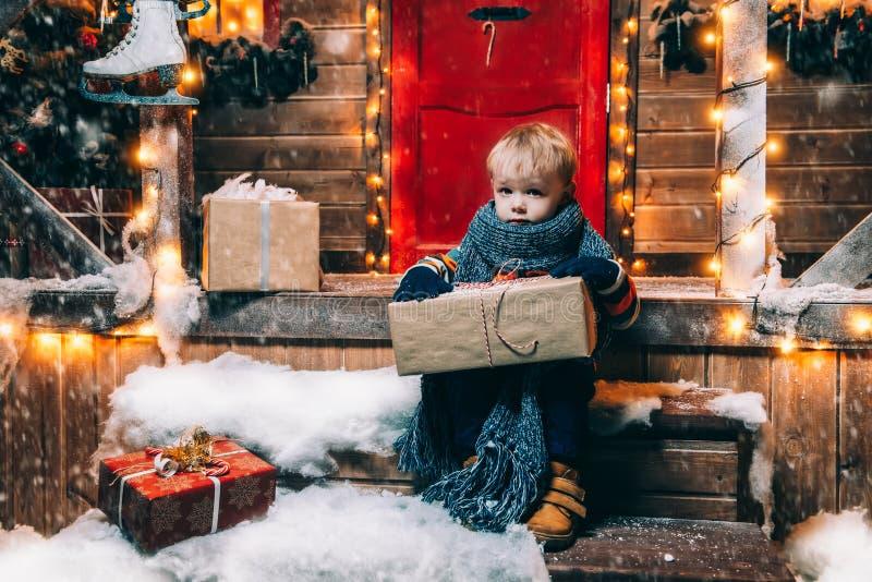 Lycklig beröm för vinter royaltyfria foton