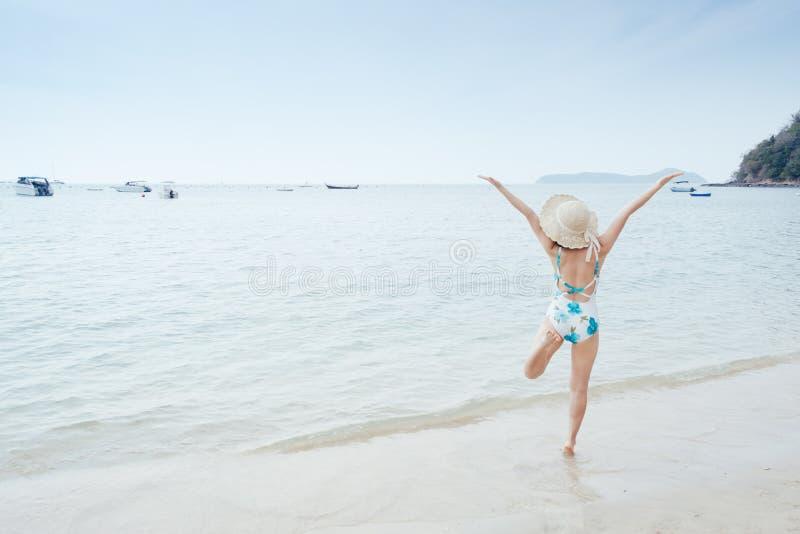 Lycklig bikinikvinna p? stranden och molnhimlen royaltyfria bilder