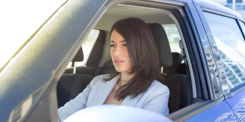 lycklig bilkörning henne kvinna royaltyfri bild
