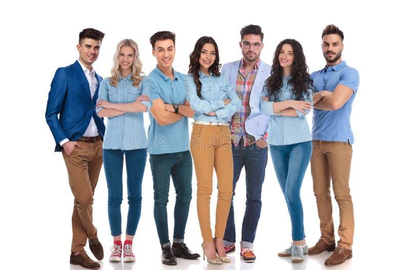 Lycklig blandad grupp av sju bärande tillfälliga kläder royaltyfri bild