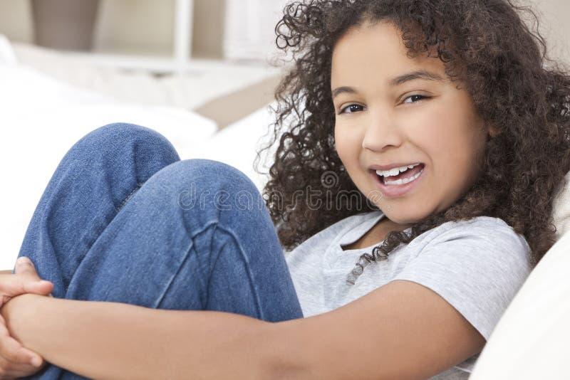 lycklig blandad race för afrikansk amerikanbarnflicka arkivfoto
